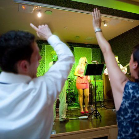 A lakodalmi hangulat fokozása – különböző zenei stilusokban